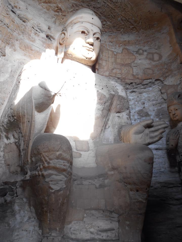 bouddha sculpté dans la roche