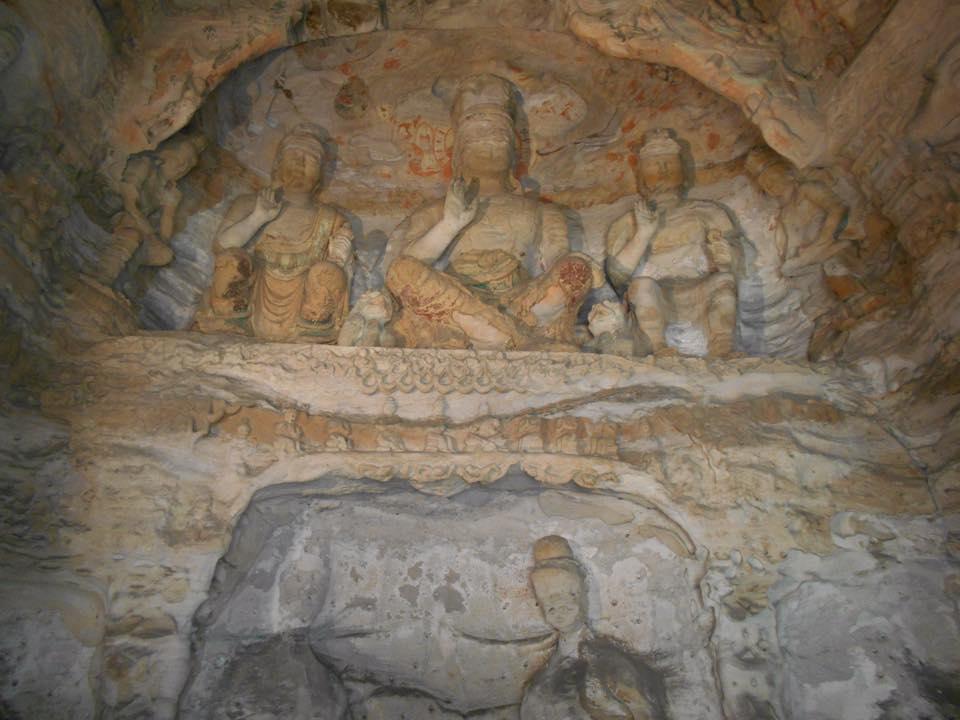 bouddhas sculptés dans la roche