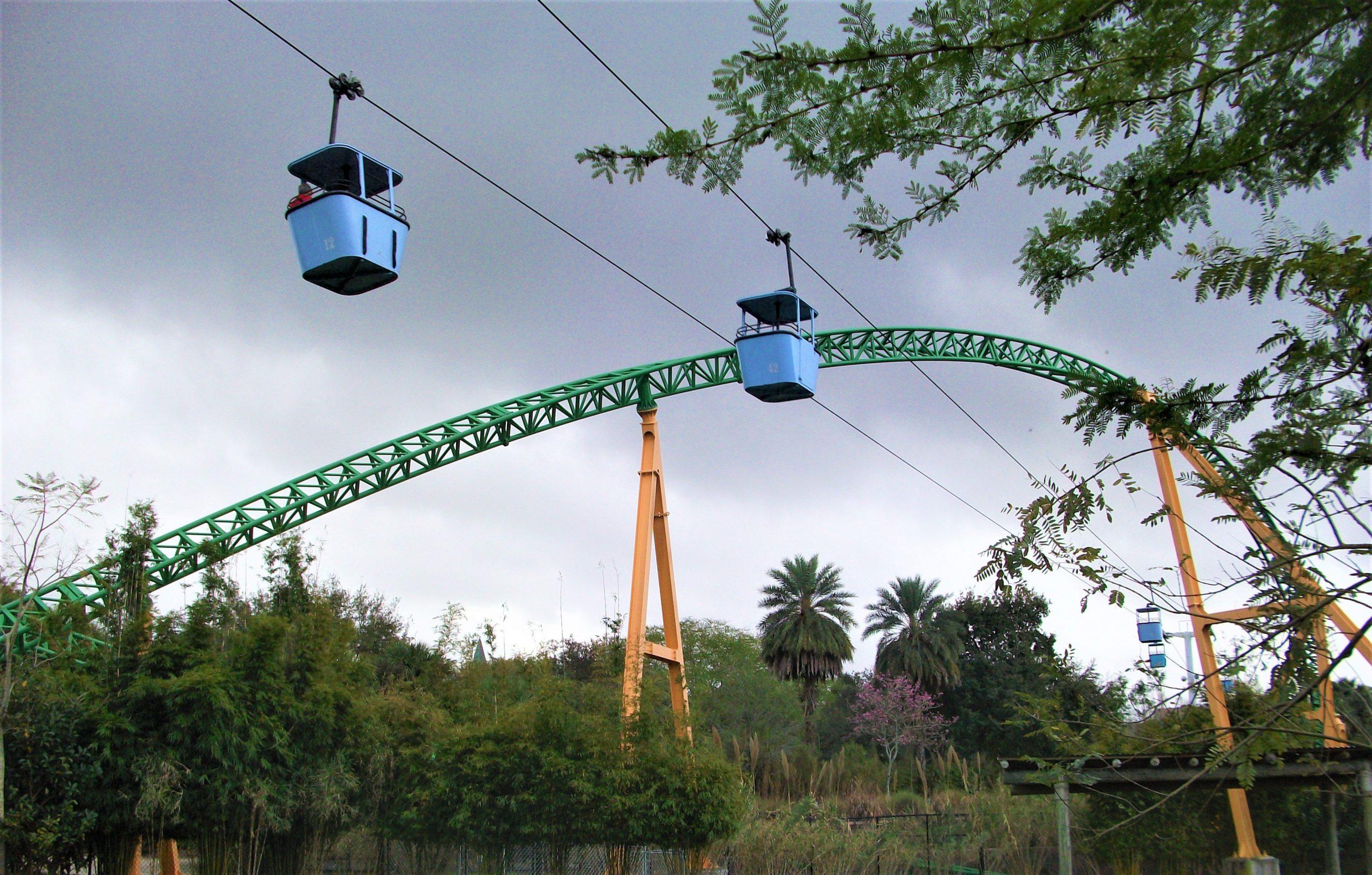 Les télésièges qui traversent le parc Busch Garden