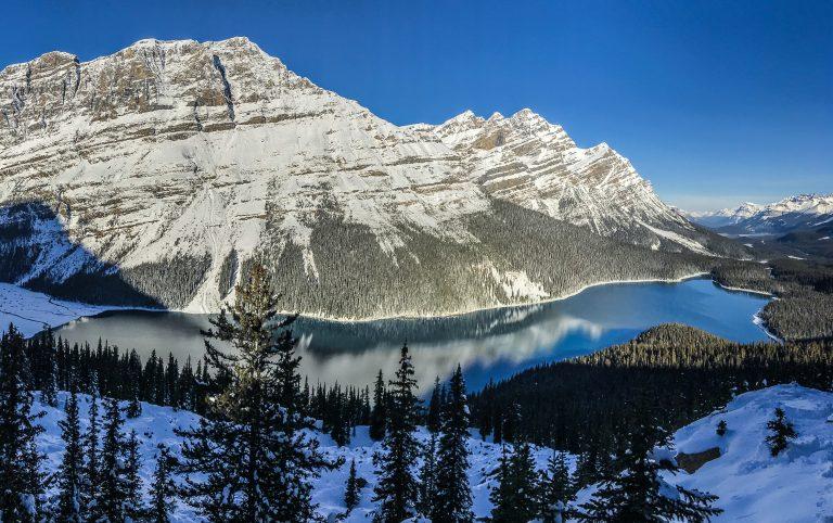 le magnifique lac peyto sous la neige