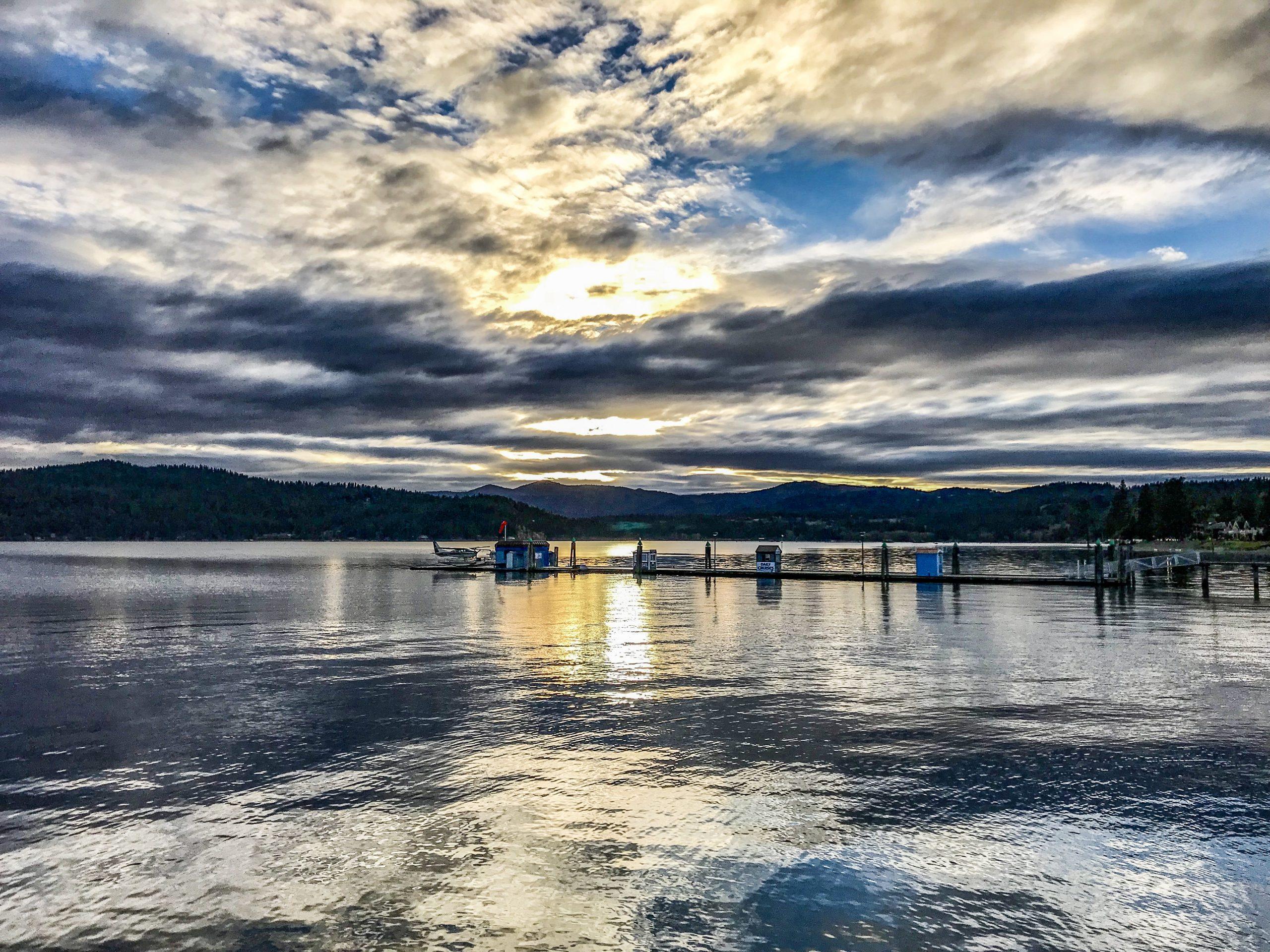 Le lac coeur d'alene à la golden hour