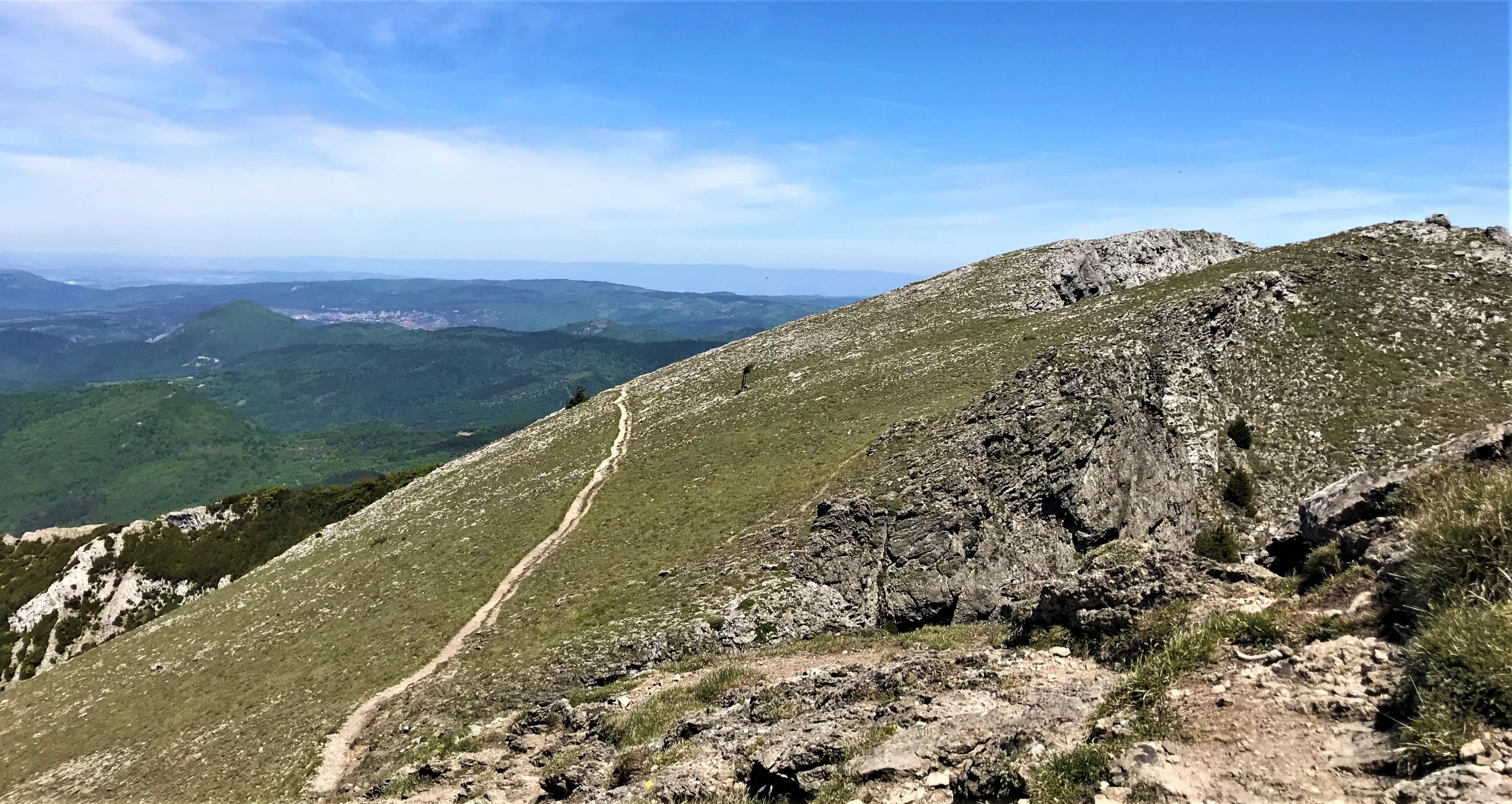 sentier qui mène au pech de bugarach