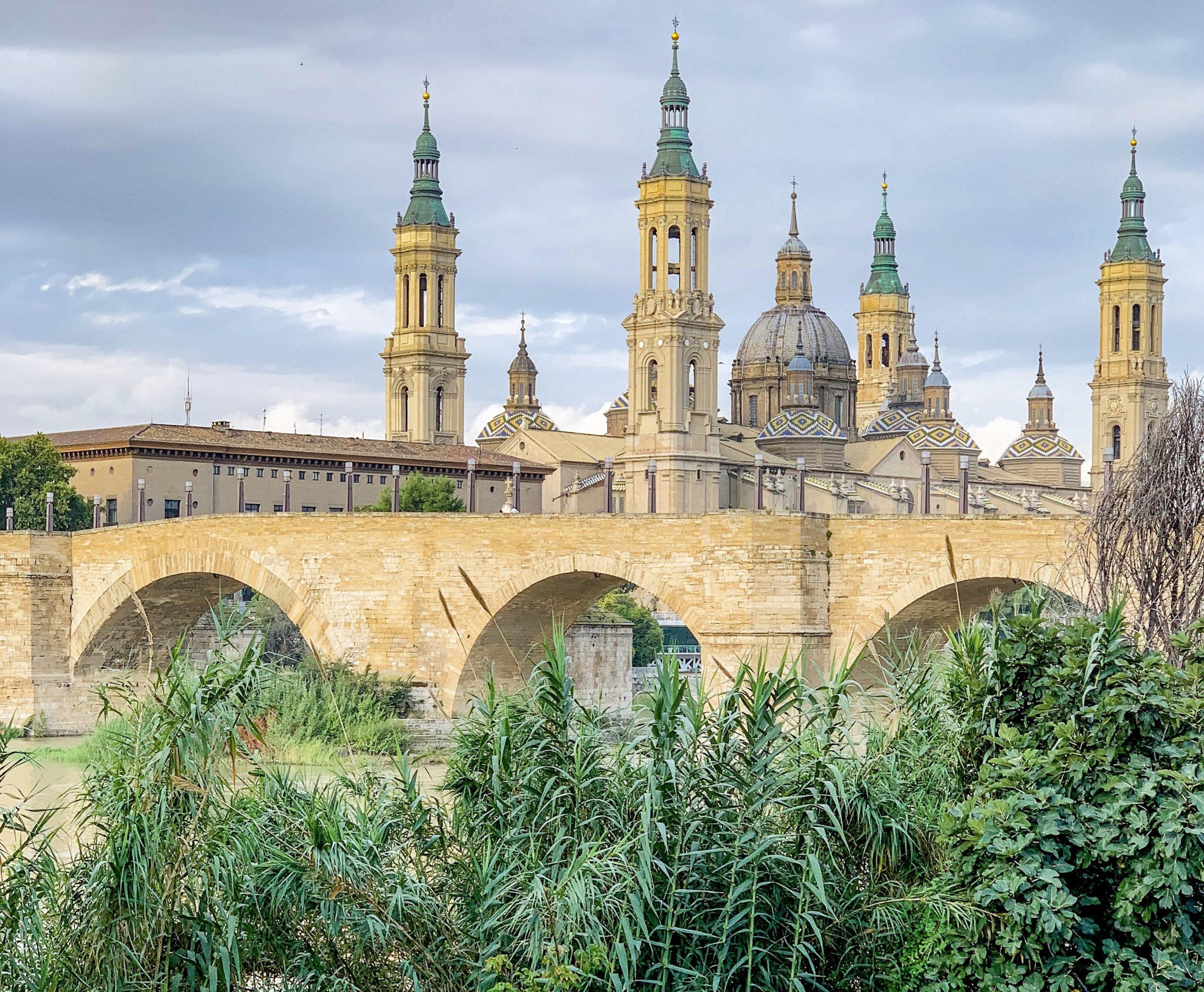 vue sur la Basilique de Nuestra Señora del Pilar depuis les bords de l'ebre