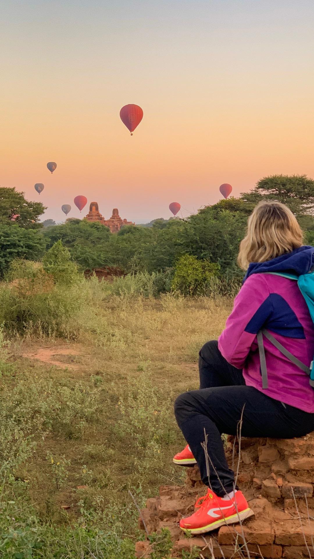 les montgolfieres qui s'envolent à Bagan