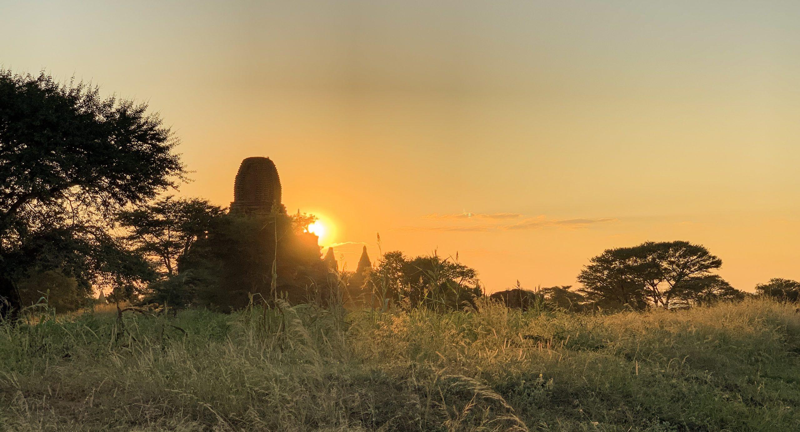 coucher de soleil sur la plaine de bagan au myanmar
