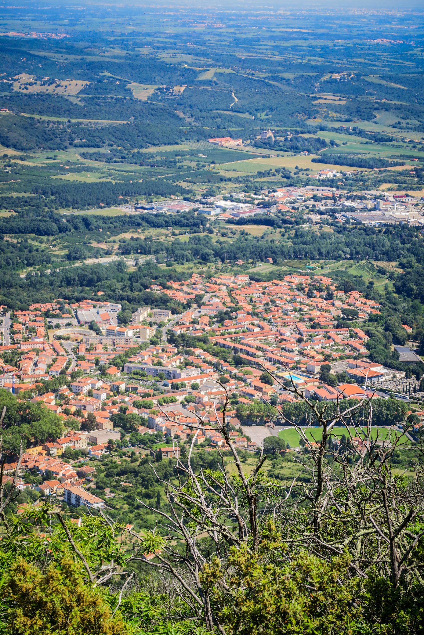 panorama sur la ville de céret depuis le pic de garces